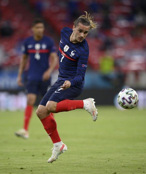 <p>Con i capelli corti, lunghi, sciolti o con il pocchio, pardon chignon: Antoine Griezmann, con quel faccino, ci piace in tutte le salse.</p>