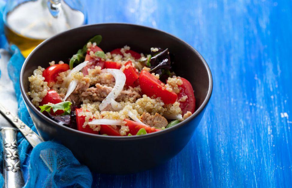 Ricetta Quinoa Con Tonno E Verdure.L Insalata Di Quinoa Con Tonno E Verdure Per Il Pranzo Estivo Deabyday