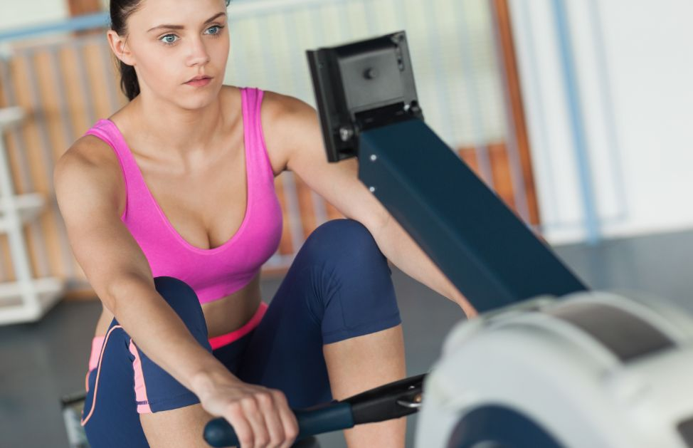 Come tornare in forma con i workout ad alta intensità - indoor rowing o cyclette